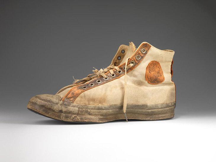 e2d7dc3b7559 Со временем появились черные кеды из кожи. Converse All Star стали первой  серийной баскетбольной обувью в Северной Америке.