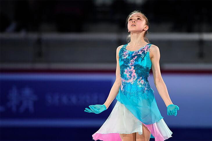 Юная Камила Валиева вопреки правилам выйдет на лед со взрослыми. В чем выгода и опасность такой привилегии?