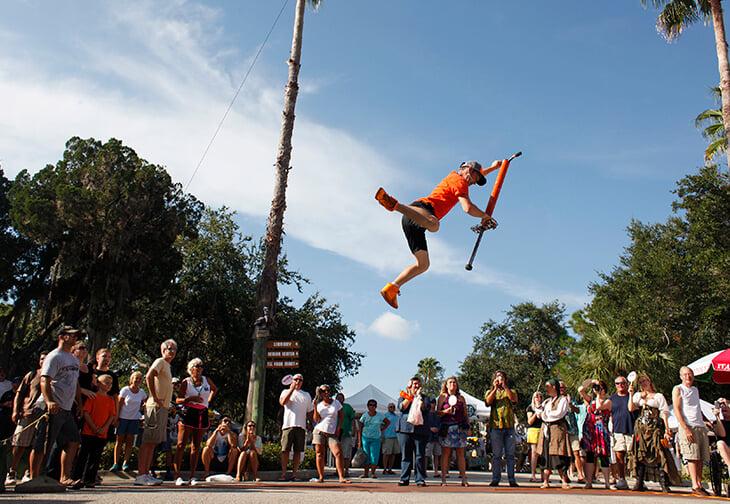 Видели прыжки и сальто на палках, похожих на отбойные молотки? Это пого – на них взлетают на 3 метра и скачут через машины