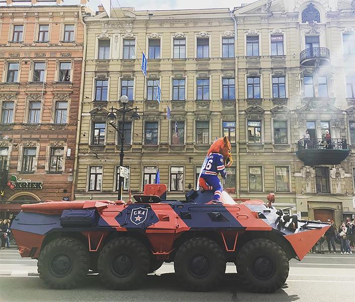 Чемпионский парад провел СКА наНевском проспекте иДворцовой площади