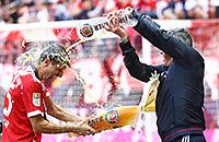 «Бавария» устроила душ из пива – и это весело
