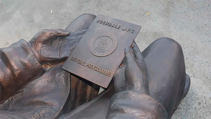 Памятник болельщику, который заработал клубу больше 500 тысяч фунтов. Даже имущество он завещал команде 😢