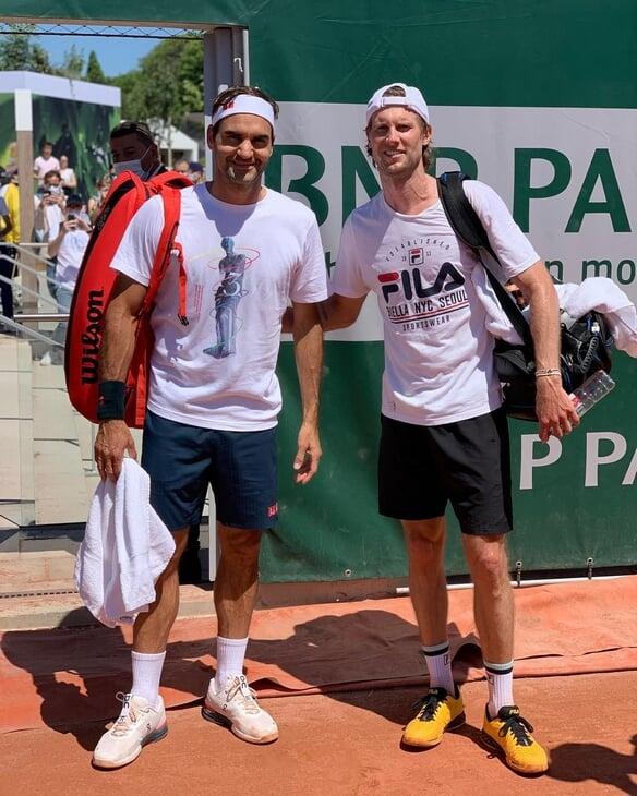 У Федерера удивительно тонкая левая рука. Ее сравнивают с палочкой и лапой тираннозавра