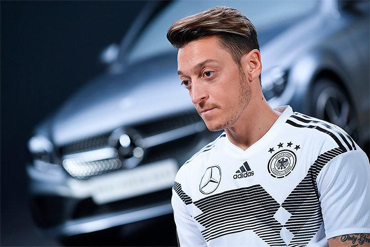 Немецкая сборная по футболу в костюмах