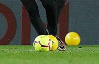Неспокойное класико: перед матчем – драка болельщиков, игру приостановили из-за шаров на поле