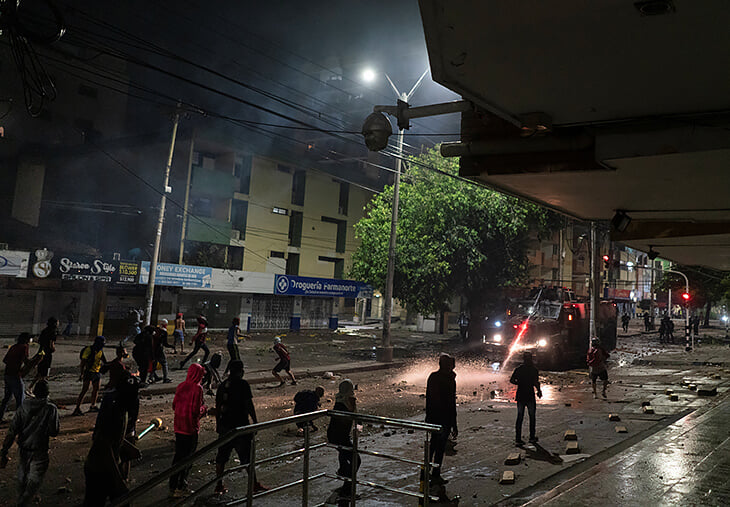 Слезоточивый газ пять раз прервал матч Кубка Либертадорес. Полиция неподалеку воевала с протестующими