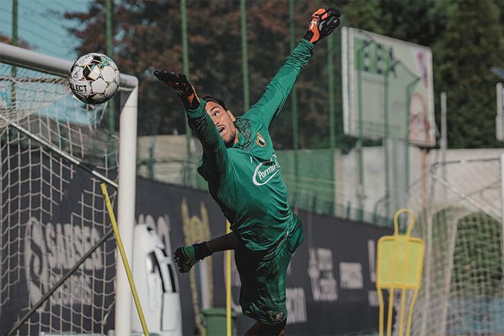 Иван Злобин – русский вратарь, который уже 6 лет играет в Португалии. Мы поговорили с ним об уходе из «Бенфики», психологии и книгах