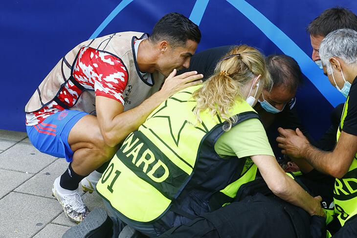 Роналду нокаутировал стюарда мячом на разминке, очень переживал и после матча подарил футболку