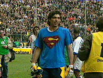 Буффон месяц носил под свитером футболку Супермена и боялся ее показать. А потом отбил пенальти Роналдо – и решился