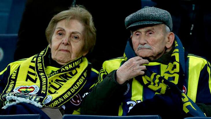 «Фенербахче» установил фигурки самых верных болельщиков. Эта пара не пропускала домашние игры почти 70 лет