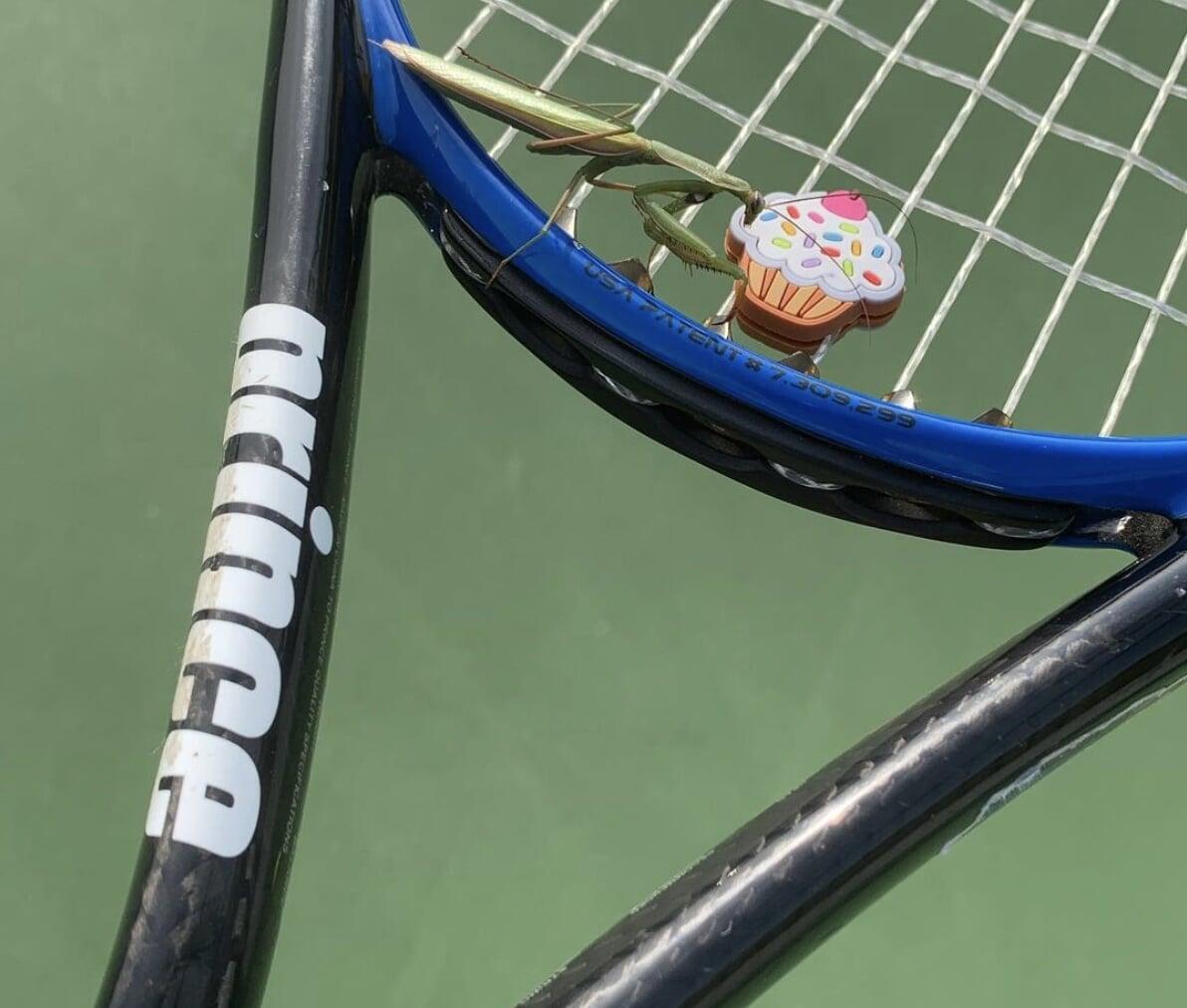 В теннисе есть резинки против плохих вибраций. Они якобы делают удары приятнее и берегут локти
