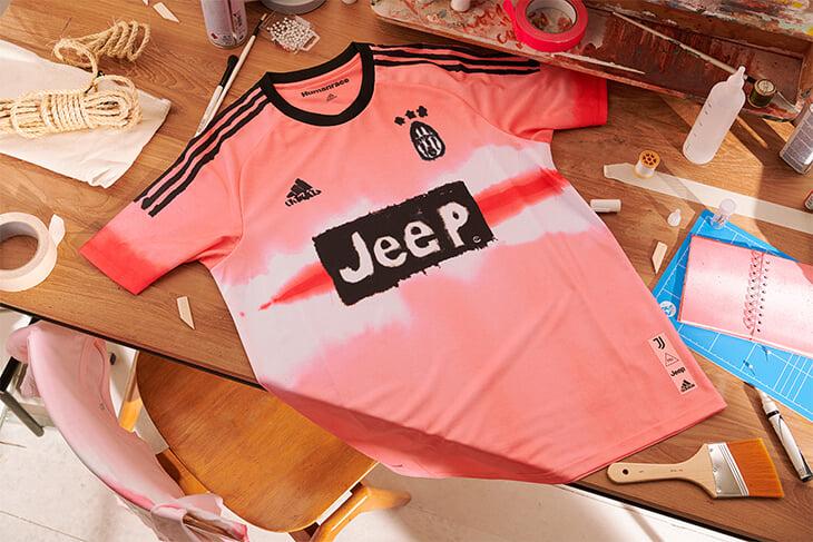 Adidas и Фаррелл Уильямс переосмыслили старые формы «Реала», «Арсенала», «МЮ», «Баварии» и «Юве». Дизайн сделан от руки и воспевает несовершенство
