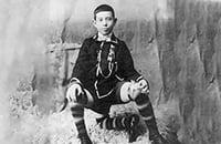 Циркач, который прославился футбольной чеканкой. Он родился с 3 ногами и 16 пальцами, но был счастлив