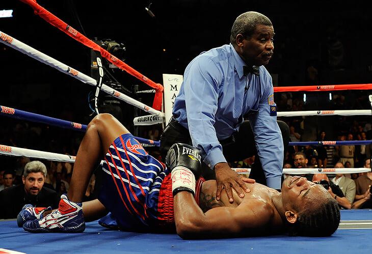«Опирался на руки, тащил ноги за собой». История боксера, который победил рак и вернулся для боев с Канело и Головкиным