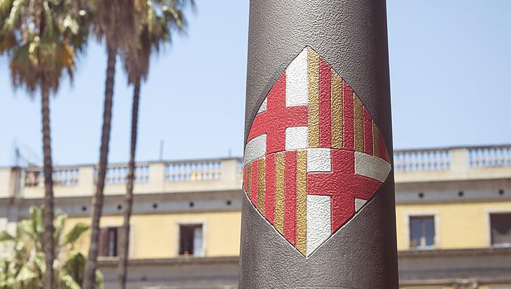Повязка капитана «Уэски» на матч с «Барселоной» – произведение искусства. Тут отсылки к Месси, Гауди и чупа-чупсам Кройффа