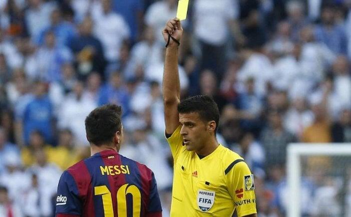Месси попросил арбитра Мансано проявить уважение. Тот спросил Лео, знает ли он правила футбола – и пообещал позже их объяснить