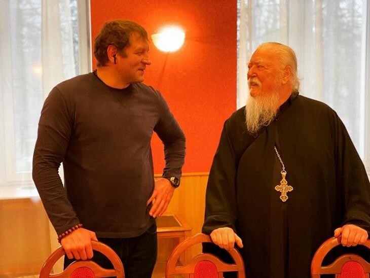 Федор Емельяненко сказал, что брат для него мертв. Александр посоветовал поставить свечку за усопшего