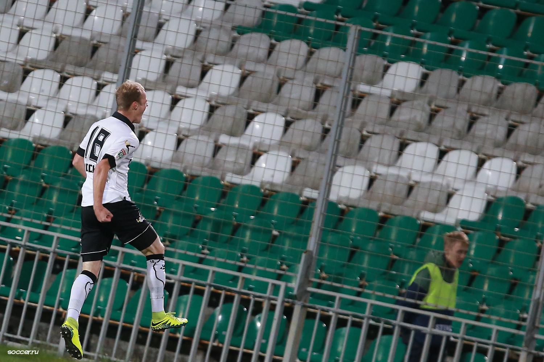 Рагим Садыхов празднует гол в ворота Арарата