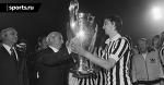 Капитан «Аякса» Йохан Кройф получает Кубок чемпионов в майке «Ювентуса»