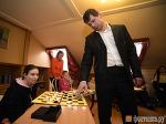 Шашечный гроссмейстер поиграл с пациентами Детского хосписа