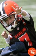 На прошлой неделе команда НФЛ Кливленд Браунс заключила однодневный контракт с девятилетним Диланом Сатклиффом - Телевизор 3.0 - Блоги - Sports.ru