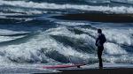 Новозеландский серфер голыми руками поймал гигантского окуня