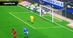 В Германии запасной игрок остановил мяч на лицевой после неточного удара. Судья назначил пенальти