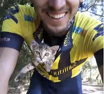 Котенок безмерно благодарен велосипедисту за то, что тот спас ему жизнь