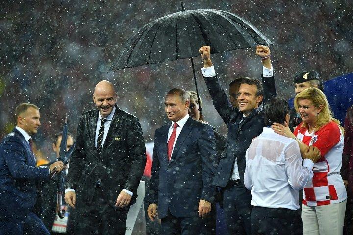 Картинки по запросу охрана Путина водрузила над ним зонтик, а вот Макрон и Грабар-Китарович так и остались стоять рядышком под дождем елисе журнал