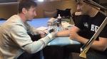 Мессі підробляє татуювальником