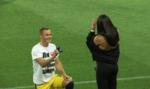 Футболист романтично сделал предложение любимой перед началом матча Первой лиги